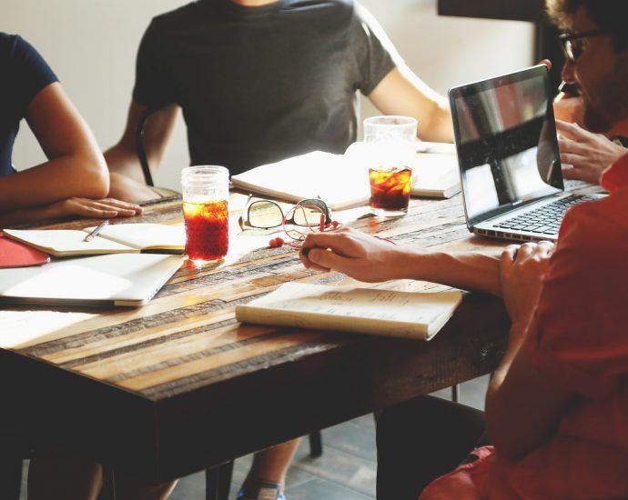 Częste delegacje w firmie, organizacja pracy